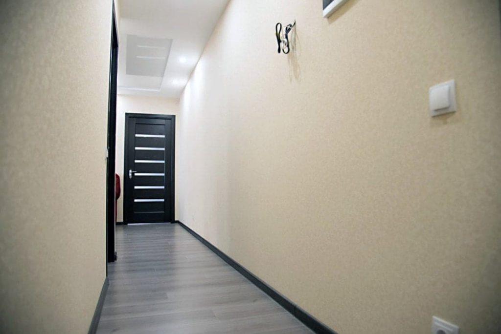 Длинный коридор после капитального ремонта квартиры в Москве