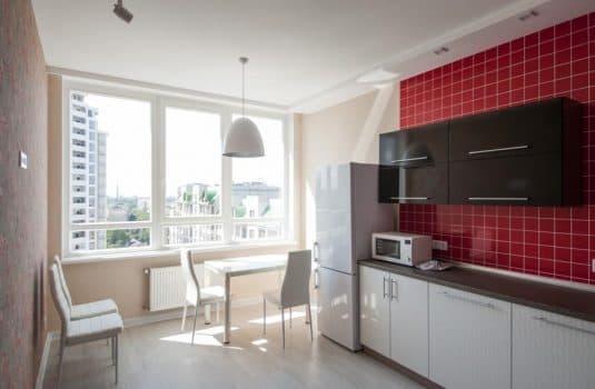 Кухня с красными стенами и окном