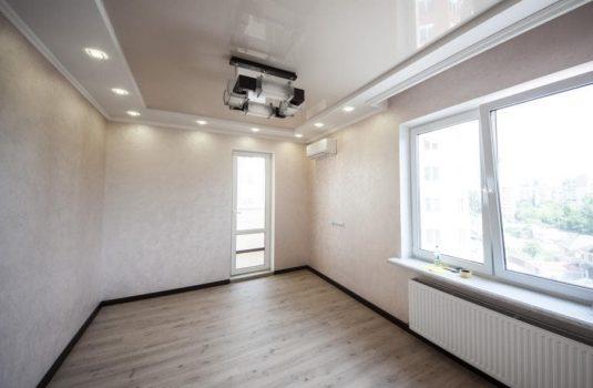 Комната в интерьере квартиры с люстрой