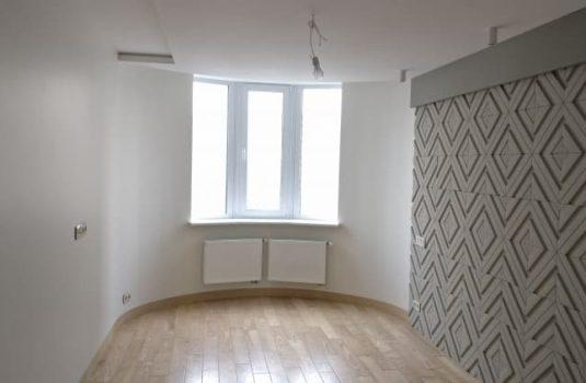 Окно в комнате с круглым интерьером