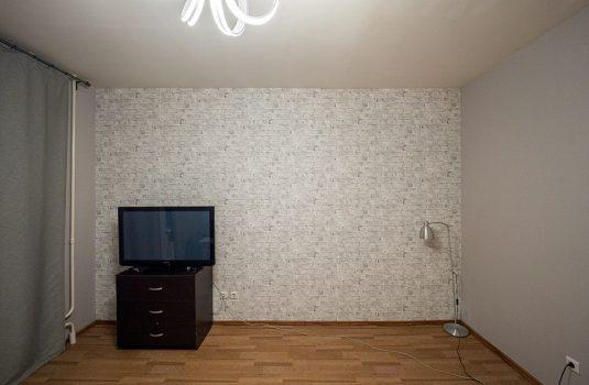 Стены со светлыми обоями после ремонта