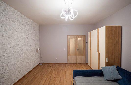 Потолочная люстра в двухкомнатной квартире