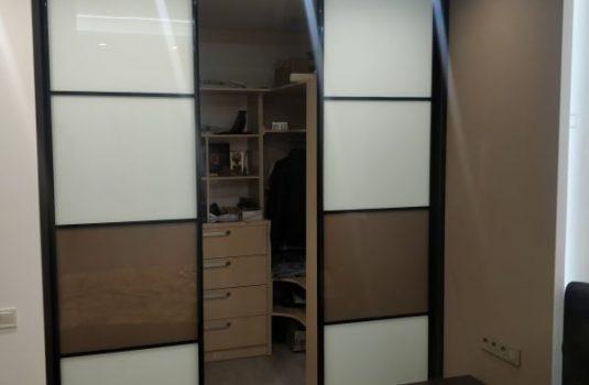 Встроенный шкаф в квартире студии